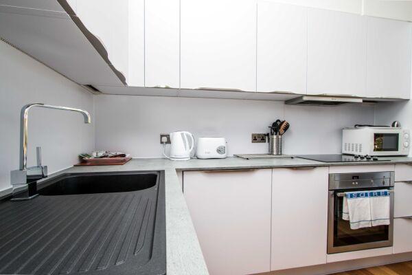 Kitchen, Beaufort House Serviced Apartments, Bristol