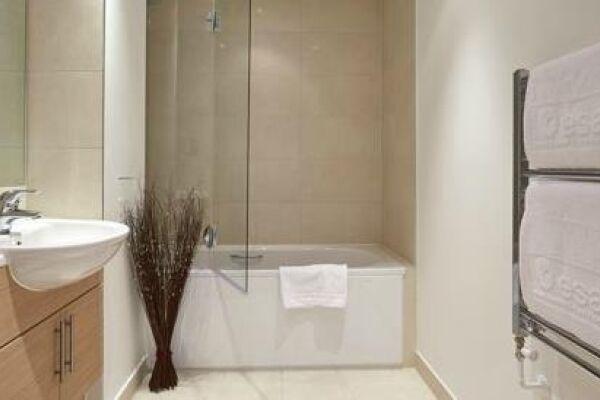 Bathroom, Guild House Serviced Apartments, Swindon