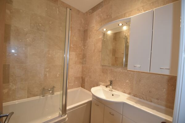 Bathroom, Midland Way Serviced Apartments, Bristol
