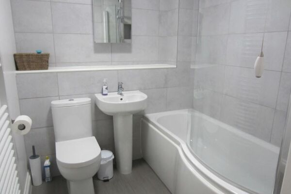 Bathroom, Moonsgate Serviced Apartments, Horsham