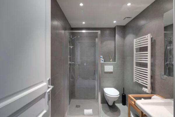 Shower Room, Saint Denis III Serviced Apartment, Paris