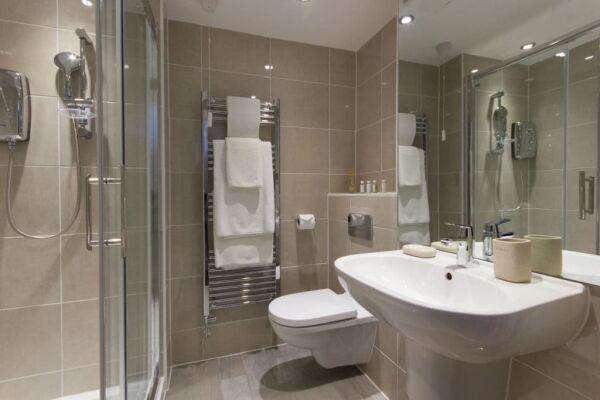 Bathroom, The Dales Serviced Apartments, Cambridge