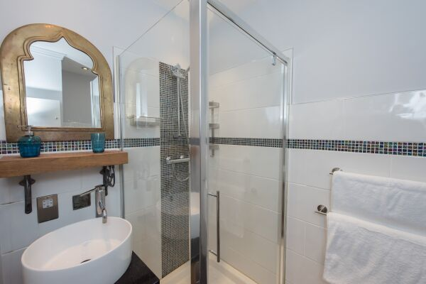 Bathroom, Sea Front Walk Serviced Apartments, Broadstairs, Kent