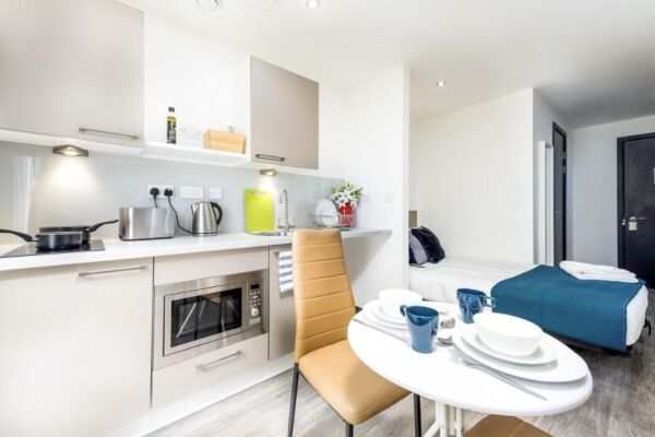 Kitchen and Dining Area, Infinity Serviced Apartments, Luton