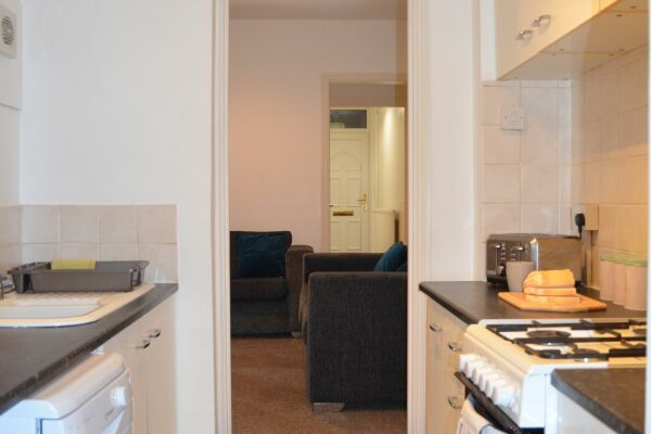 Kitchen, Highbury Road Serviced Accommodation, Luton