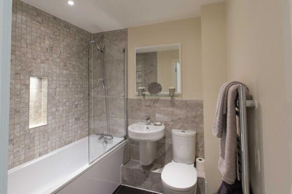 Bathroom, The Apex Serviced Apartment, St.Albans