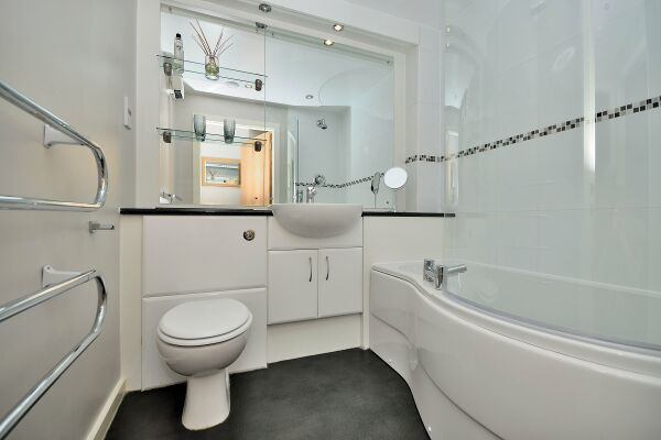 Bathroom, The Racecourse Serviced Apartments, Chester