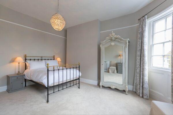 King bedroom, Queen's Circus Serviced Apartment, Cheltenham