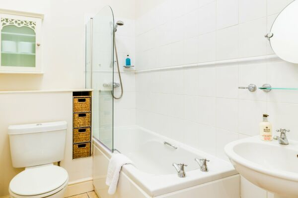 Bathroom, College Road Serviced Apartment, Cheltenham