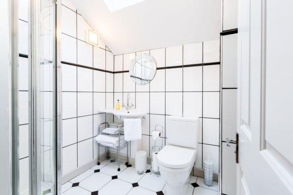 Bathroom, Parade Serviced Apartment, Cheltenham
