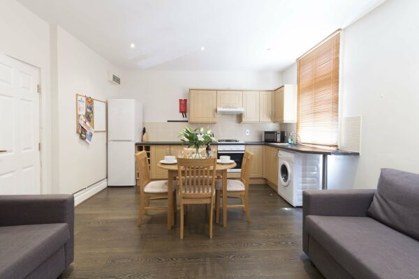 Kitchen and Dining Area, Victorian Towers Serviced Apartment, Leicester