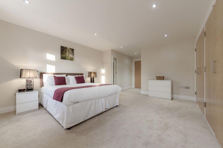 Kinnaird Court Apartments - Esher, United Kingdom