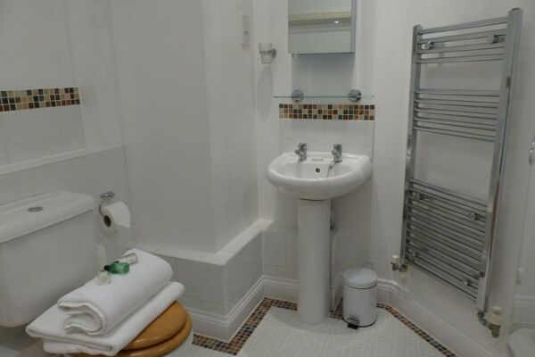 Bathroom, St. Raphael House Serviced Apartments, Basingstoke