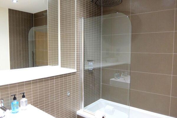 main bathroom central Twickenham serviced apartments London