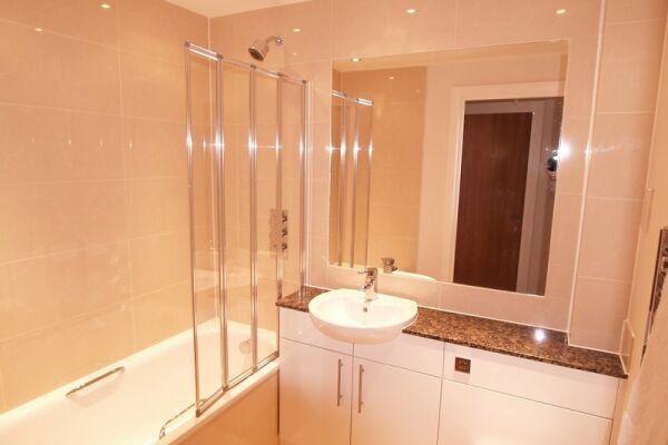 Bathroom, Crompton House Serviced Apartments, High Barnet