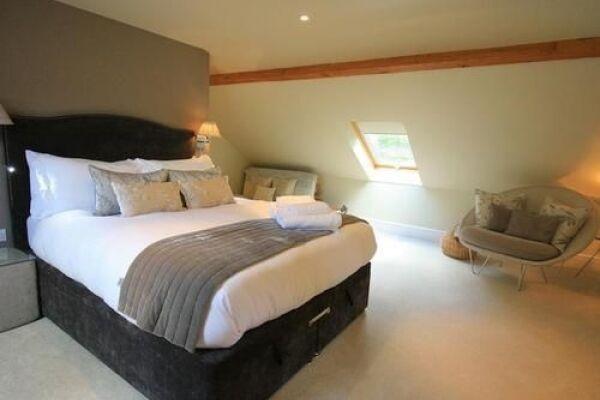 Bedroom, Larchmont Lodge Serviced Accommodation, Bath