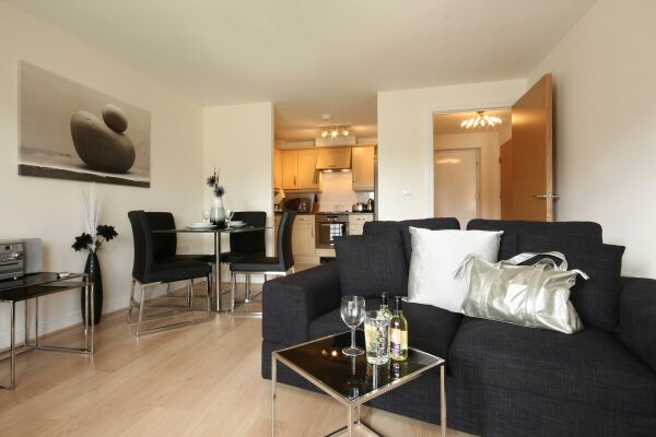Living/Dining Area, Kelvin Gate Serviced Apartments, Bracknell